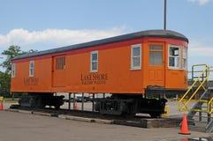 从湖岸电铁路的列车车箱 库存照片
