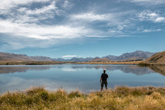 湖岸的人 免版税库存照片