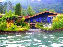 湖岸的家  免版税库存照片