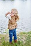 湖岸的白肤金发的女孩 免版税库存照片