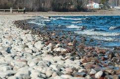 湖岸的色的石头 免版税库存照片