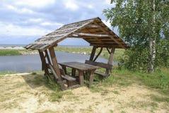 湖岸的被装备的野餐地方 免版税库存图片