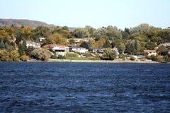 湖岸美丽的邻居 库存图片