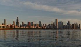 湖岸芝加哥地平线包括西尔斯大楼和密执安湖 库存照片