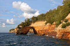 湖岸被生动描述的岩石国民 免版税库存图片