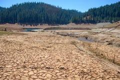 湖干燥破裂的床在天旱期间的 免版税库存照片
