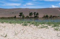 湖干草原天空覆盖山 免版税库存照片