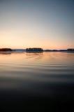 湖平安的日落 库存图片