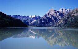 湖平安的水 免版税库存照片