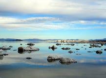 湖平安的视图 免版税库存图片