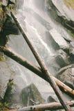 湖平静的线索瀑布 免版税库存图片