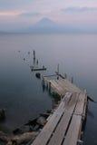 湖平静的视图火山 图库摄影