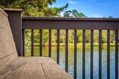 湖征收长凳 库存照片