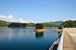 湖成水平低山水 免版税图库摄影