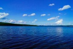 湖或海和清楚的天空 免版税库存图片