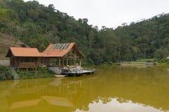 湖房子在Teresopolis 库存照片
