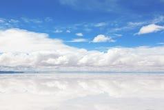 湖撒拉族与水薄层的de Uyuni 免版税库存图片