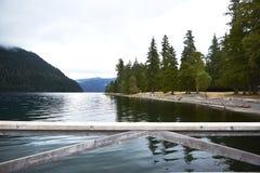 湖新月形码头视图 库存照片