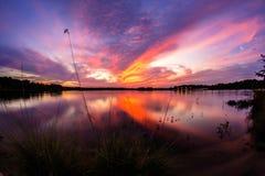 湖旁边日落 库存图片