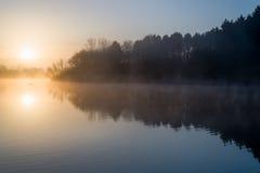 湖日出平静 库存照片