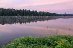 湖日出桃红色覆盖天空雾 库存照片