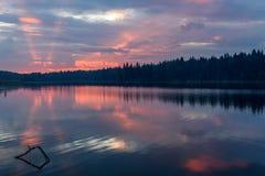 湖日出桃红色覆盖天空 库存图片