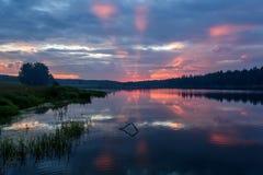 湖日出桃红色覆盖天空 免版税库存照片