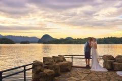 湖日落和婚礼夫妇 库存照片