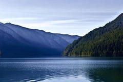 湖早晨山晴朗的视图冬天 库存图片