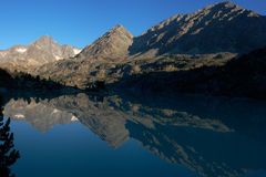 湖早晨山 库存照片