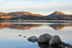 湖早晨山 库存图片