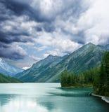 湖有薄雾的山 库存照片