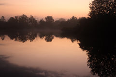 湖有薄雾的早晨日出 库存图片