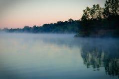 湖有薄雾的风景视图 免版税库存照片