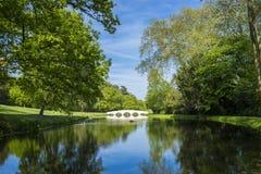 湖桥梁和绿色树 库存图片