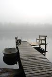湖桥梁在有雾的早晨 图库摄影