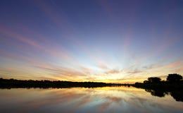 湖横向日落 免版税库存照片