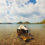 湖武利亚格迈尼在反对美丽的天空的希腊 库存图片