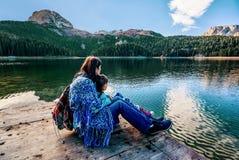 黑湖母亲和女儿赞赏的美好的全景( 免版税库存图片