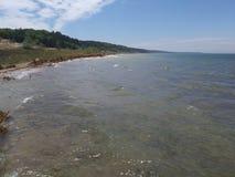 湖水蓝色灯塔码头天空海滩沙丘沙子漂流木头日志岩石小卵石旅行冒险密执安湖 图库摄影