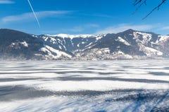 冻湖泽勒和多雪的山在奥地利 库存照片