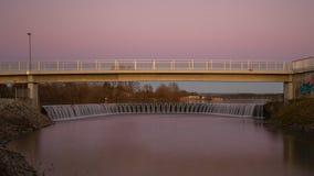 湖测流堰在日落期间的 免版税库存图片