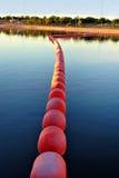 湖浮动浮体对比镜子 免版税库存照片
