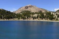 湖海伦在拉森国家公园,加利福尼亚 库存照片