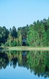 湖海岸线的议院 库存照片