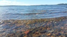 湖清楚的水 做下面一块美丽的石头 免版税图库摄影