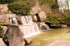 湖瀑布池塘溪在日本庭院里 库存图片