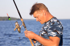 湖特写镜头的渔夫 免版税库存照片