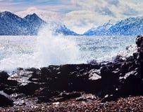 湖班奈特风景岩石岸海浪育空加拿大 免版税图库摄影