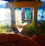 湖生活和大桥梁 库存图片